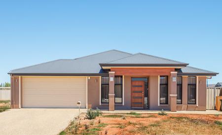 typische gevel van een nieuw huis in de voorsteden met een niet aangelegde voortuin