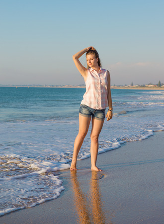 mujer enamorada: Beautiful girl on the summer beach  in the evening light