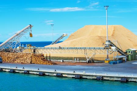 szállítás: halom gerendákat a kikötőben készen loading Stock fotó