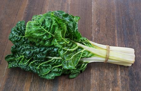 frische grüne Blätter silverbeet Gemüse auf alten hölzernen Hintergrund