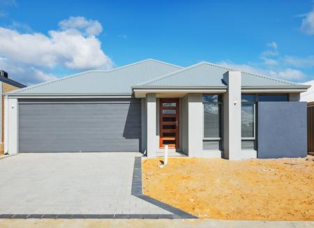 曇り空に対して建設の最終段階に新しい郊外の家 写真素材