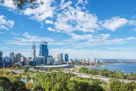 Horizon de Perth avec quartier central des affaires de la ville à midi Banque d'images - 68544932