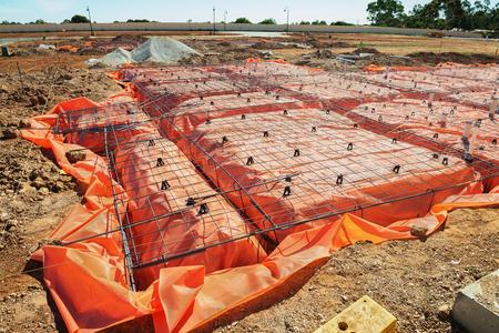 Preparación del sitio de construcción para la fundación de la casa Foto de archivo - 76574688
