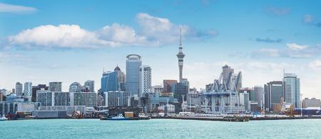 Skyline van Auckland met stad centraal zakendistrict op de middag Stockfoto - 81640016