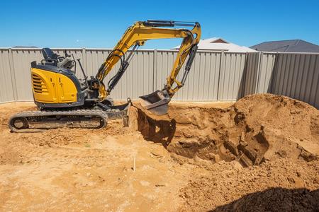 Opgravingswerkzaamheden voor de aanleg van een zwembad Zwembad in aanbouw. Bouwplaats.