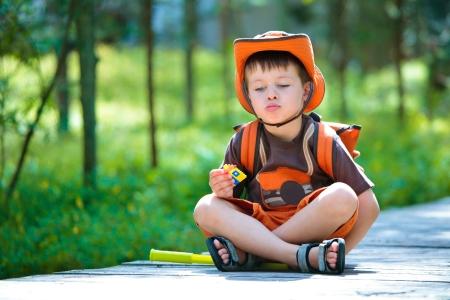 müdigkeit: Boy mit Rest im Sommer Wald Lizenzfreie Bilder