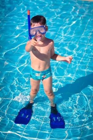 Un niño de pie en una piscina pequeña Foto de archivo - 13689101