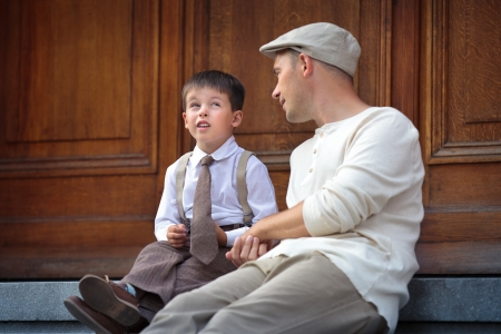 padres hablando con hijos: Feliz padre e hijo hablando y que tiene al aire libre en el resto de la ciudad en ciudad en d�a de verano hermoso