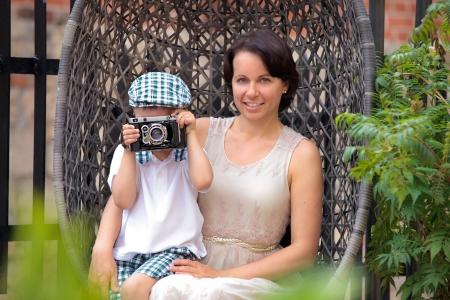 Madre e hijo lindo con cámara al aire libre retros en hermoso día de verano Foto de archivo - 15688030