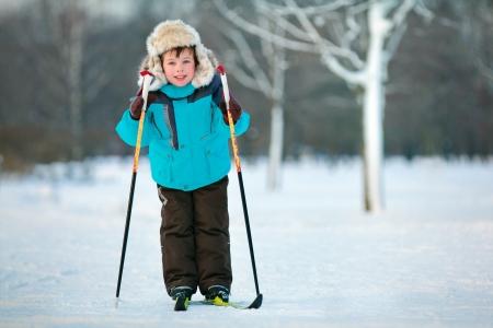 five years old: Bambino di cinque anni ragazzo sci sulla croce