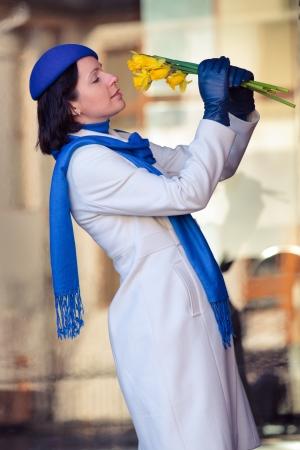 Elegant woman posing in retro coat and hat Stockfoto - 122800014