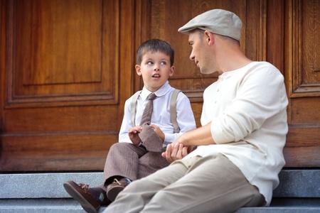 Junger Vater und Sohn draußen in der Stadt Standard-Bild