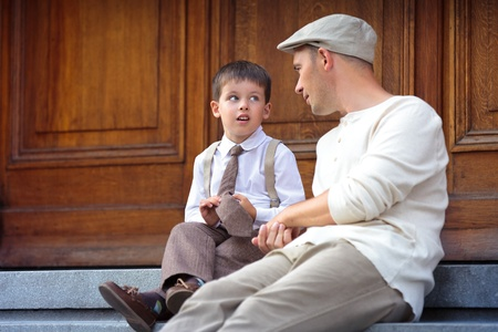 Young father and son outdoors in city Stockfoto