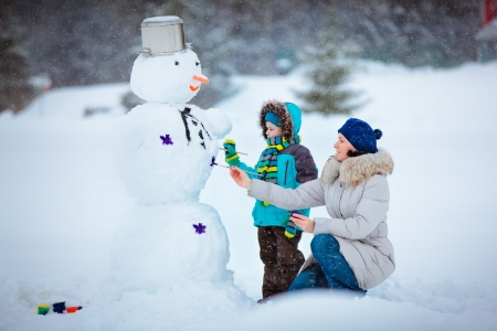 frosty the snowman: Little boy with his mother painting a snowman