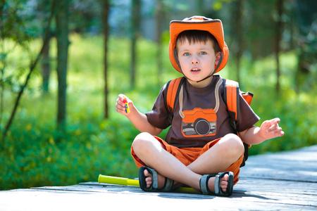 Porträt eines süßen kleinen Jungen im Sommerwald