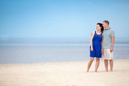 Young couple at tropical beach during summer vacation Foto de archivo