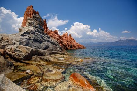 Rode rotsen en turquoise water van Arbatax, Sardinië Stockfoto