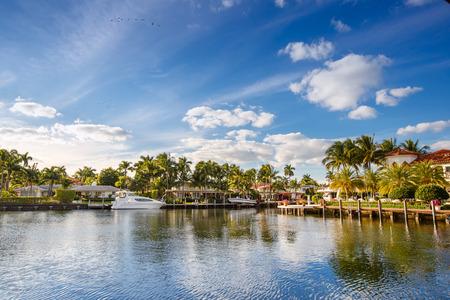 플로리다 주 포트 로더데일에있는 호화로운 요트 및 물가 주택 에디토리얼