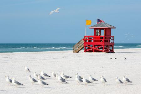 Choza del salvavidas de madera roja en una playa vacía por la mañana Foto de archivo - 39580880