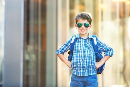 ni�o con mochila: Retrato de lindo ni�o de la escuela con la mochila al aire libre