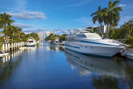 Luksusowy jacht i nabrzeża domów w Fort Lauderdale na Florydzie