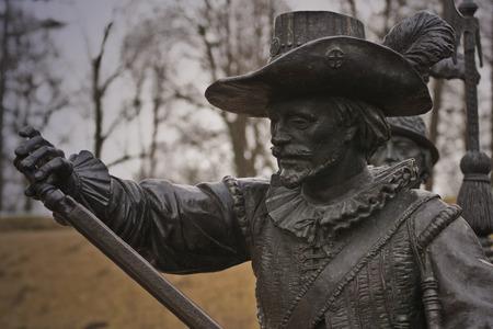mosquetero: Una escultura de bronce de un hombre
