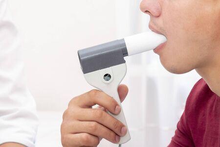 Das Gerät, mit dem eine Spirometrie durchgeführt wird, wird Spirometer genannt. Die Spirometrie wird zur Diagnose von Krankheiten wie Asthma bronchiale, COPD sowie zur Beurteilung des Zustands des Atmungsapparates bei anderen Erkrankungen und bei verschiedenen medizinischen Ereignissen eingesetzt.