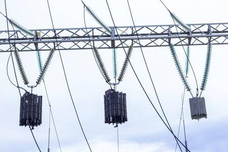 Wieża mocy. Linie wysokiego napięcia i słupy energetyczne. Podstacja miejska, zbliżenie, transformator z przewodami wysokiego napięcia. Podłączone linie wysokiego napięcia instalowane na wysokim słupie elektrycznym Zdjęcie Seryjne
