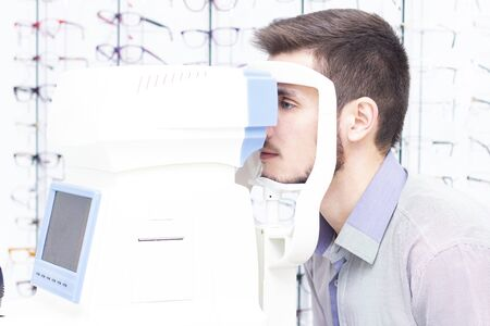 Autorefkeratotonometer. Multifunctional ophthalmic diagnostic apparatus. Doctor ophthalmologist checks the eyes of the patient. Stok Fotoğraf