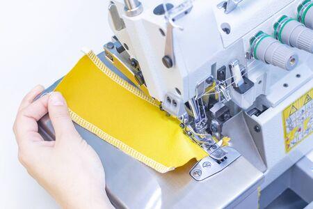 Atelier de couture. Tissu patch couturière. Point de surjet. Overlock pour coudre du tissu. Adaptation