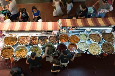 tiendas de comida: Un paseo en Tel Aviv, Israel Editorial