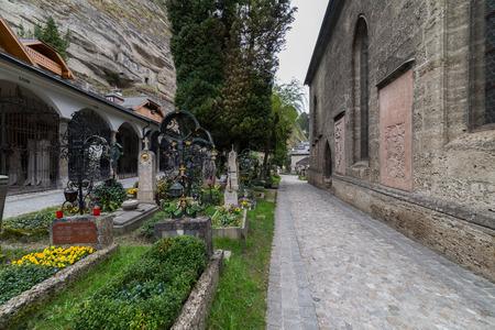 잘츠부르크, 오스트리아의 Petersfriedhof cemetry 방문 스톡 콘텐츠
