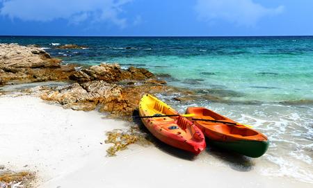 ocean kayak: Barco de kayak de mar y cielo en d�a de fiesta