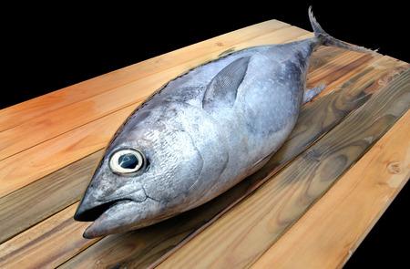 atun rojo: atún rojo fresco del mercado de madera de la foto de la luz del sol
