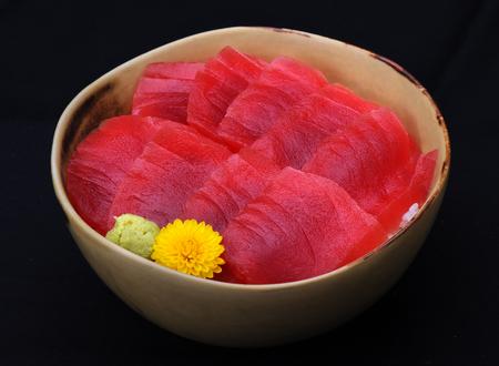 atun rojo: Japonesa de atún de aleta azul Maguro prima sobre el arroz en un tazón en la iluminación del estudio
