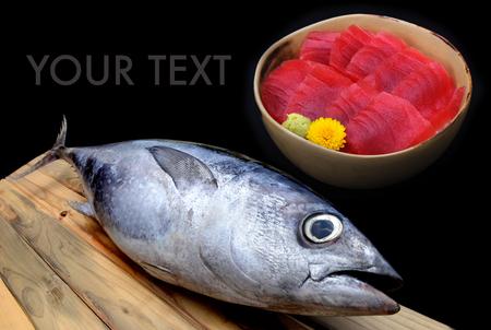 atun rojo: atún rojo del mercado de madera de la foto de la luz del sol sashimi de atún mezclado taza de arroz de sushi