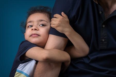apoyo familiar: Un niño abraza a su padre