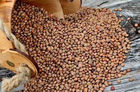 lenteja: brown lentil on wooden table Foto de archivo