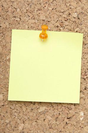 corkwood: Nota de recordatorio verde con naranja pines en corkboard