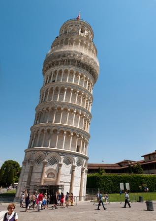 leaning tower of pisa: PISA, ITALY - JUNE 2010. Crowds of tourists visit the leaning tower of Pisa. Piazza dei miracoli, Pisa, Italy.