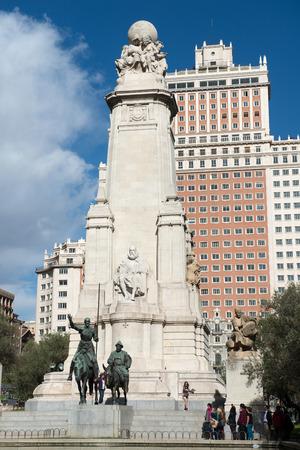 don quijote: MADRID, ESPA�A - 12 de octubre 2014: Monumento a Miguel de Cervantes con la estatua de Don Quijote y Sancho Panza en la Plaza de Espa�a en Madrid, Espa�a, el 12 de octubre 2014.