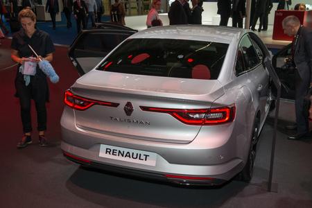 talismán: FRANCFORT, Alemania - 16 de septiembre, 2015: Salón Internacional del Automóvil de Frankfurt (IAA) 2015. Renault Talisman - estreno europeo.