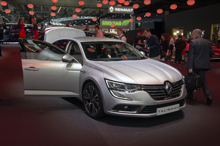 Talisman: FRANKFURT, GERMANY - SEPTEMBER 16, 2015: Frankfurt international motor show (IAA) 2015. Renault Talisman - European premiere. Redactioneel