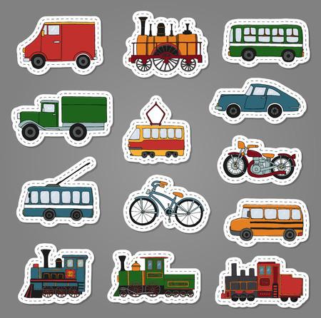 Insieme colorato di vettore di motori retrò e adesivi di trasporto. Illustrazione vettoriale di treni d'epoca, autobus, tram, filobus, auto, biciclette, bici, furgoni, camion. Illustrazione in stile cartone animato di vecchi mezzi di trasporto