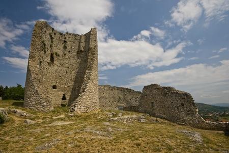 llegar tarde: Fortaleza de Medival en Drnis, la parte más antigua de las fechas de acuerdo a la edad de bronce. Investigaciones arqueológicas han demostrado que algunos restos pueden colocarse en los tiempos finales antigua romana. Foto de archivo