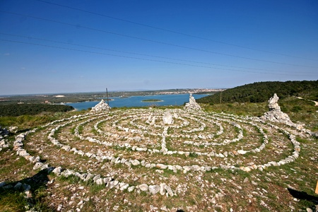 new age: Nueva edad formaciones de roca y la curaci�n del laberinto en el Kamenjak superior