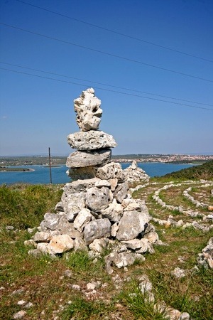 new age: La curaci�n de la nueva era la formaci�n de roca y el laberinto en el Kamenjak superior Foto de archivo