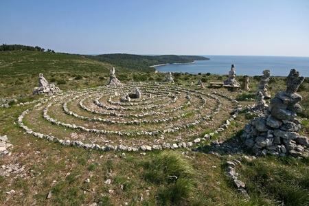 new age: Laberinto New age meditaci�n en la costa Kamenjak y el mar azul Foto de archivo