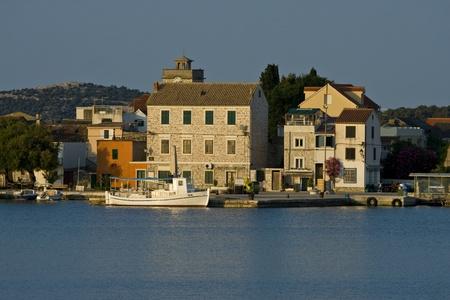 船の水切り、アドリア海の最も小さいの有人島と島クラパニのパノラマ ...