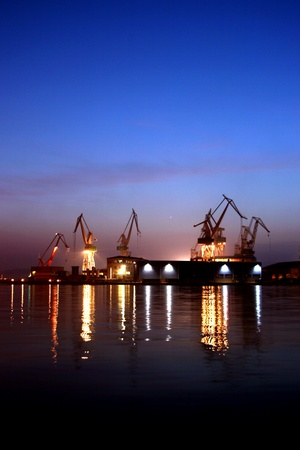 chantier naval: Grues du chantier naval au cours de la tomb�e de la nuit dans le port de Pula
